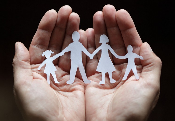 Mani unite che tengono un origami di una famiglia Psicologo brescia