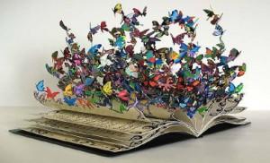 libro da cui escono farfalle colorate